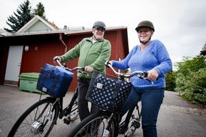 Hjälmarna på och redo för en ny tur på elcyklarna. Inger och Ulf Hällqvist konstaterar att med dessa cyklar spelar det ingen roll att backarna är branta och att det blåser motvind.