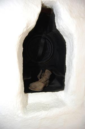 Härlig detalj. I en nisch i den gamla bakugnen står en gammal barnsko som hittades under renoveringen.