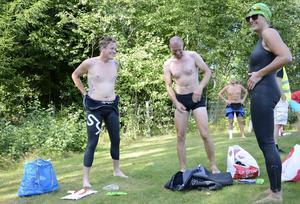 Förberedelser. Våtdräkter ska på. Robert Hjerpe, Per Melin och Sara Abrahamsson ser med spänning fram emot loppet.
