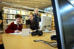 Marianne Hansson och Christer Larsson fick en guidad tur på internetbanken genom Swedbanks Bo Magnusson när det i onsdags arrangerades Seniorsurf för första gången i Kumla.