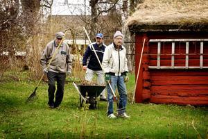Hembygdsgården Högan vårstädas. Sigurd Paulsson, Sören Klingnéus och Bernt Andersson är klara med lövräfsningen.