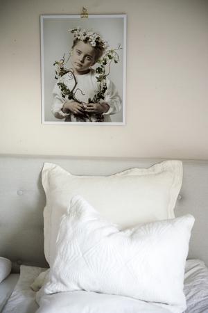 Maries bilder finns lite här och där i hela huset.