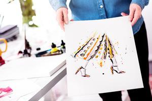 Illustrationen, gjord med flytande tush, publicerades på modegiganten Valentinos officiella Instagram-konto. Carinas bild fick 40 000 gilla-markeringar.