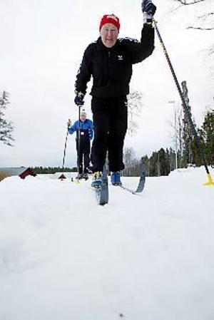 Foto: LASSE HALVARSSON Krutgubbar. Gefle Dagblads två veteraner Kaj Annebrant och Sture Dahlström missar sällan en chans att klämma lagg en eller två mil. Pensionärer som de numera är hade de dock dåligt med tid för att fotografen skulle få sina bilder. Kaj och Sture var ivriga att komma ut i spåren.