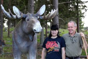 Älgskötaren Elin Storm med parkägaren Reine Hansson och den uppstoppade älgen Bosse som döpts efter förre ägaren.