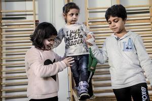 Maha Albrash håller balansen på bommen med hjälp av Aya Saaeddin och Yosef Kobrit.