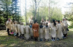 Jägare Räv (Allan Borgsten) och jägare Mård (Curt Lofterud) håller invigningsceremoni till älgklanen, med skoleleverna från Sörgårdsskolan i Brunflo.
