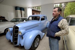 """Stolt bilägare. I helgen ställer Kjell Mattsson ut sin blåa Dodge. """"Jag köpte bilen av en god vän, Göran Näslund som byggt den. De här bilarna säljs bara mellan kompisar så det är ett privilegium att få äga en"""", säger han."""