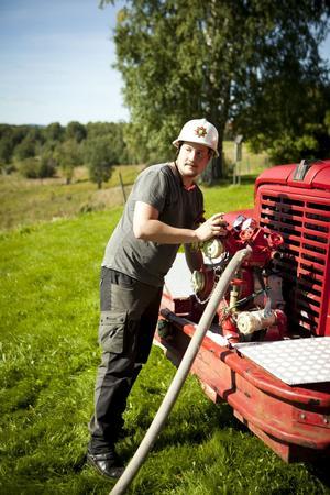 Sebastian Eriksson får sköta det tekniska när brandslangen ska fram.