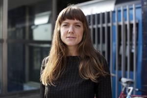 Tove Folkessons andra roman handlar om en av Kalmars stolta jägarinnor som tappar fotfästet i livet.   Foto: Sofia Miriamsdotter