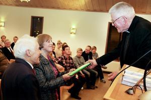 Bland de äldsta fanns Karl Åkerblom, som överräckte tre skrifter, bland annat historien bakom korset i Hassela.