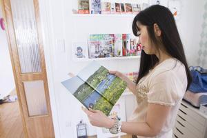 En gång per år kommer en japansk fotograf till Sundsvall och då jobbar han med Yoko för att fota och skriva om olika svenska hem till japanska tidningar.