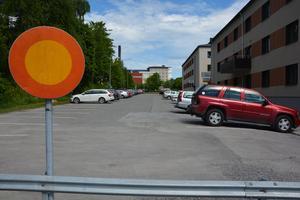Här är det stopp på Nygatan i dag. 2018 ska här vara öppet så att bussarna kan gå upp till sjukhuset.