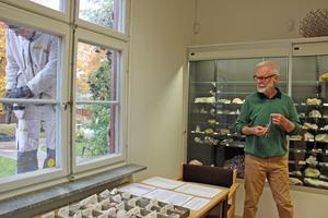 Fönsterglas tillverkas också av mineral, berättar Peter Harström, ordförande i Tunabygdens geologiska förening.