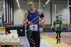 Victoria Borg fyller på med energi på väg mot hallrekordet i maraton i Tybblelundshallen. Hon kommer att springa med nummer ett på magen även i Marieberg galleria på söndag (arkivfoto).