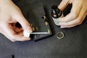 Med ett så kallat skrapprov kan guldets karathalt fastställas. Då skrapas guldsmycket mot en svart sten och sedan penslas en vätska kallad kungsvatten över guldskrapet. Olika kungsvatten finns för olika karat, och värderaren provar sig fram tills guldet reagerar.