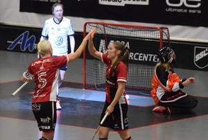 Therése Karlsson, till höger, tackar Anna Wijk för passningen fram till 2–2.