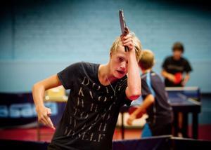 16-åriga Anthon Wallanger har flyttat från Upplands Väsby till Söderhamn. Under fyra år framåt ska han studera på Staffangymnasiet och samtidigt gå på skolans pingisgymnasium.