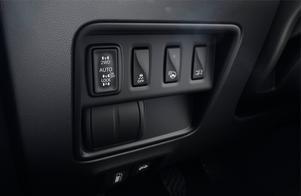 Med fyrhjulsdrivning går det välja mellan framhjulsdrivning, drivning på alla fyra hjul med låsta diffar och autoläget som alltid ligger i när bilen startar.