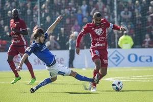 Alex Dyer får inte oväntat pris som årets bästa herrsenior. Här i derbyt mot GIF Sundsvall.
