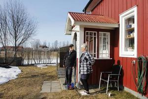 John och Anita Pettersson kan lätt se tranorna på åkern från sitt hus. Tranorna är ett säkert vårtecken. – Bofinken har också kommit, säger John Pettersson.