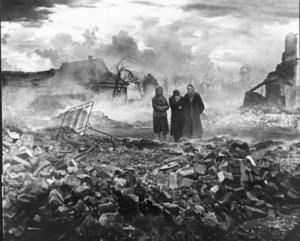 Sinnebilden av östfronten under andra världskriget. Civila bland ruinerna av sina hem.   Foto: APN/TT