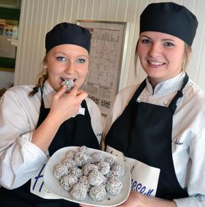 Mimmi Åslund och Emilia Gudmunds studerar i årskurs tre vid restaurang och livsmedelsprogrammet vid gymnasiet i Mora och har startat UF-företaget Hälsokassen.
