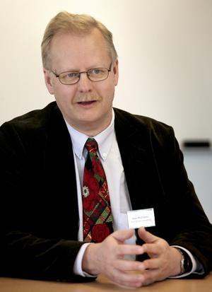 25 forskare. När Mats Bäckström ledde utvecklingsjobbet i Linköping för att skydda JAS mot elektromagnetiska vapen så gav det jobb åt 25 forskare i Linköping