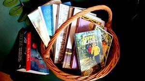 En picknickkorg med hälsoböcker och två deckare.