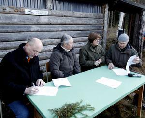 Lars Sjödin, Elisabeth Henningsson, Elisabet Salander Björklund och Björn Risby skrev på avtalet om bygdepeng.