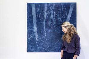 Torhild Aukan har de senaste åren arbetat med tekniken cyanotypi/monotypi.    – Jag älskar livet i trä och mötet mellan motiv och trästruktur.