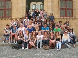 FOTO: MARGARETA ZAKRISSON Hela gruppen med svenska och franska elever i Aix-en-Provence, dit man gjorde en bussutflykt.