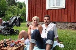 """Tuva Isaksson och Dusan Doslic: """"Det är första året vi är här på Norbergs midsommarfirande""""."""
