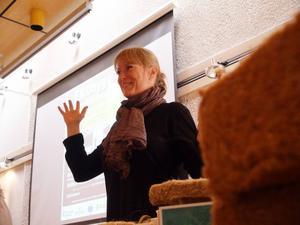 Felicia Oreholm från Stockholm föreläste på biblioteket om miljösmart byggande.