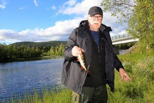 Rainer Johansson drog upp den första och största fisken. Han vann årets första metartävling i Hedeviken.