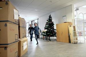 Kurvtagning. När året inleddes var ombyggnationen av Kumlaby skola avslutad. Max Lidström och Axel Freij, då i första klass, satte full fart i de nyrenoverade korridorerna. Bild: JAN WIJK