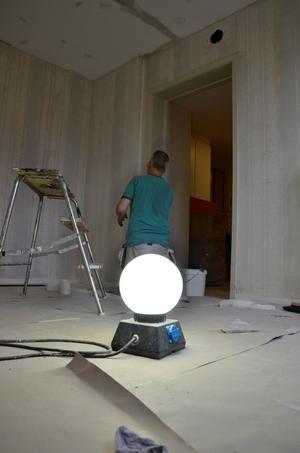 Hans Ovesen på kommunens arbetsmarknadsavdelning sätter glasfiberväv i ett av rummen på Hallondalens förskoleavdelning. Snart blir det boende för äldre igen. Foto: Jan Wijk