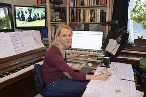 Tonsättaren Katarina Leyman i arbete.