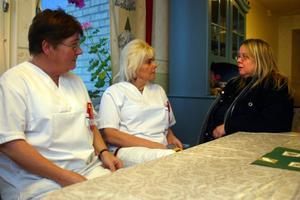 Längst till höger Kommunals ordförande i Timrå, Lena Tengerström i samspråk med några medlemmar med anledning av besparingarna. Från vänster Lena Holmqvist och Bente Magnusson.