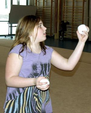 Kan snart jonglera. Ida Lind tränar jonglering.
