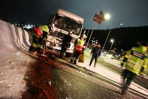 Åre.En lastbil kolliderade med en turistbuss på E 14 i höjd med Åre kabinbana på måndagskvällen. Enligt räddningsledningen skadades inga personer i samband med olyckan. Foto: patrick rosenberg