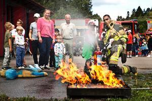 Brandmannen Omar Lallam överser barnens brandsläckning.