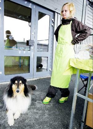 Riktigt hundväder präglade helgens Brunflofeztival och Anna Zäll som sålde ostar räknade till fem köpare en stund före lunch i lördags.