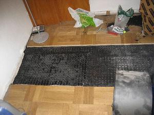 I en gömma under golvet hittade polisen droger.