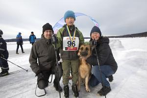 Stefan Frick, Tune, 9, hunden Esther, 8, och Maria Norgren från Gonäsheden trivdes på Väsman. Tune, som flyttade hit från Vietnam för 2,5 månad sedan, tycktes ha fått en ny favoritsport i längdskidåkning.