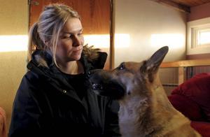 Från problemhund till praktexemplar. Caroline Strömberg är både glad och tacksam över hur träningen har påverkat Ozzy.