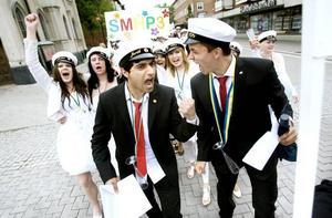 Glädjesång, vrål och tjut var melodin när studenterna från Bessemer och Hammar i går traditionsensligt marscherade genom centrum.