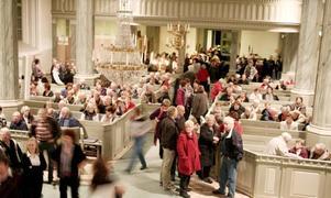 Rekordbesök. Över 500 personer kom till kyrkan för att höra kyrkoherde Rickard Berggren och Bolagets orkester. Elviskonserten genomfördes till förmån för krisdrabbade Arbetarmuseet i Norrsundet.Foto: Ulrica Källström