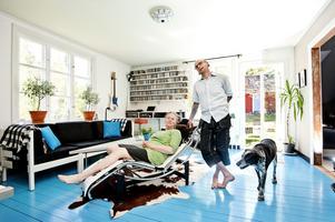 """Vardagsrummet är husets mest originella rum tack vare att Kajsa och Gizmo målat golvet turkost. """"Vår simhall"""" kallar de rummet på skämt."""