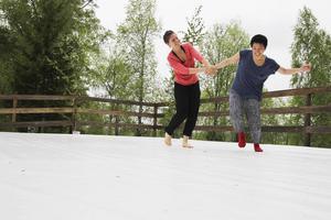 Nina Terruzzi och Nana Suzuki gör ett modernt dansnumer på utomhusscenen.